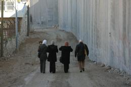 Imágenes del Muro que deja al poblado de Abu Dis fuera de Jerusalén Este (Gary Field).