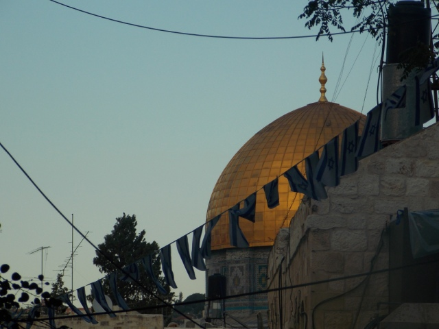 Banderas israelíes en el barrio musulmán de la Ciudad Vieja, y detrás la Cúpula de la Roca. (M. Landi).