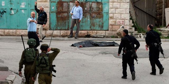 Soldados y policías en la ciudad de Hebron tras el asesinato de Ramzi Aziz Qarazawi de 21 años de edad en Tel Rumeida, Hebron el 24 de marzo de 2016. Su compañero, Abed al Fatah al-Sharif, también de 21 años fue herido durante el mismo incidente y mas tarde ultimado con un balazo en la cabeza. Portavoces israelíes aseguran que ambos perpetraban un ataque contra las fuerzas militares apostadas en el lugar. Eleor Azaria, el soldado israelí que ultimo a Abed al Fatah al-Sharif esta siendo juzgado por uso indebido de su fusil en una corte militar israelí.