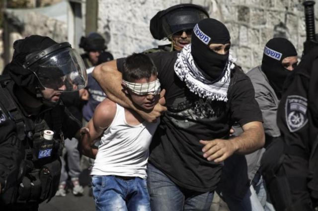 Fuerzas israelíes encubiertas arrestan a un niño palestino (Foto del sitio web de Samidoun).
