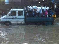 Estudiantes rumbo a clases durante el período de lluvias intensas en Gaza.
