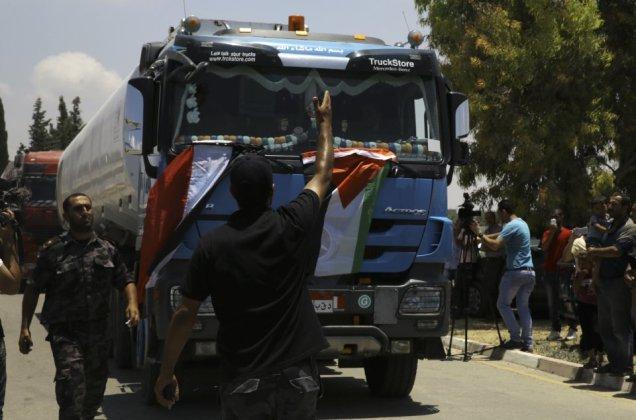 Uno de los pocos camiones que entran desde Egipto trayendo combustible a Gaza.