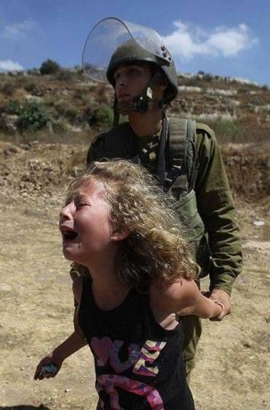 Ahed Tamimi hace unos años llorando desconsoladamente en momentos en que estaban arrestando a su madre.