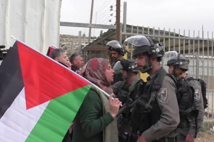 Manal Tamimi protestando por la detención de sus familiares ante la prisión de Ofer...