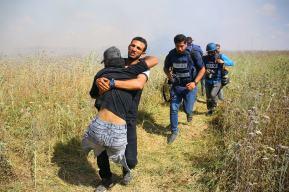 Ibrahim siendo cargado por sus compañeros después de que un francotirador israelí le disparara a la cabeza.