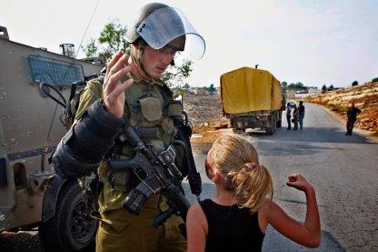 Ahed con ocho años enfrentando a un soldado israelí.