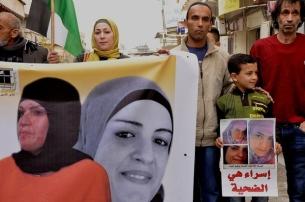 Su hijo y familiares manifestando por su libertad.