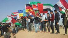 Portando banderas de muchos países como gesto de solidaridad.