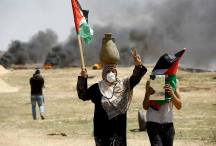 Las manifestantes usan espejos y queman neumáticos para dificultar la puntería de los francotiradores.