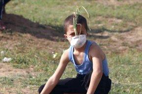 Mohammed Ayyash se protege de los gases lacrimógenos con una máscara de cebolla.