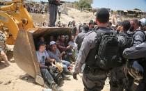 Policías israelíes reprimen a los manifestantes palestinos de la aldea beduina de Khan al-Ahmar, al este de Jerusalén, el 4 de julio de 2018. (FLASH90)