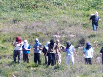 Colonos de Yitzhar en tierras palestinas de Asira Al-Qibliya (M.Landi).