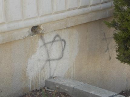 La estrella de David pintada por colonos de Yizthar en una casa vandalizada de Asira Al-Qibliya (M. Landi 2013).