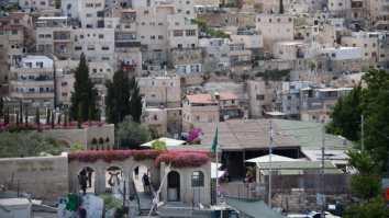 """Entrada al parque """"Ciudad de David"""" construido en medio del populoso barrio palestino de Silwan (foto: Haaretz)."""