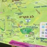 Tablero de información y mapa para visitantes de habla hebrea en Hebrón (octubre 2018).