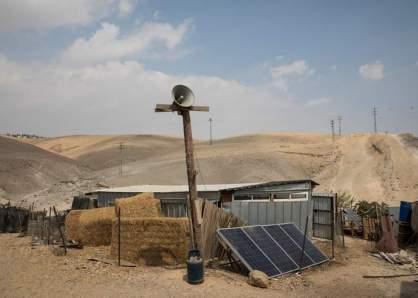 La aldea beduina Khan al Ahmar será demolida para permitir la expansión de la colonia judía Kfar Adumim (que se vislumbra a lo lejos, a la izquierda).