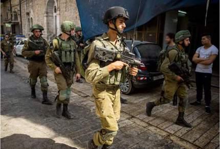 Tropas israelíes patrullando la Ciudad Vieja de Hebrón durante un tour de colonos.