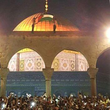 La bandera palestina flamea sobre la Cúpula de la Roca