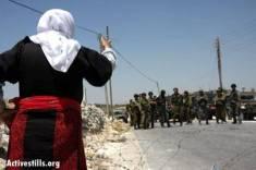 mujer con soldados