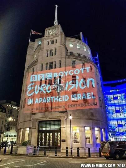 Proyección del colectivo Inminds sobre la sede de la BBC en Londres.