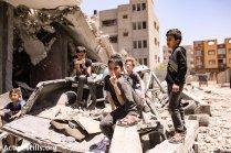 junto a las ruinas del último ataque israelí.