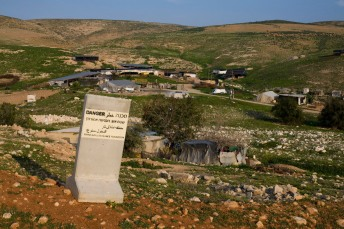 """""""Zona militar cerrada"""": comunidad beduina dentro de la zona militar, cerca de Allon Road (14/3/2011, Keren Manor, Activestills.org)"""