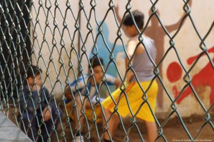 Niños en el patio del centro infantil y juvenil de Azahir, en Nahr Al-Bared.