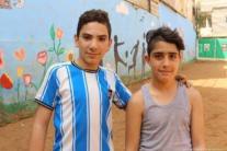 Dos niños que asisten al Centro infantil y juvenil Azahir en Nahr Al-Bared.