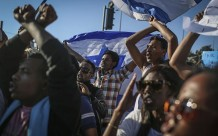 Cientos de etíopes-israelíes protestan fuera de la sede policial en Jerusalén tras la golpiza propinada por un policía a un soldado etíope (30/4/2015, FLASH90/Hadas Parush).