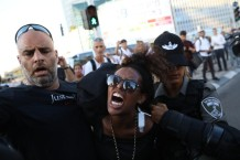 Policías arrestan a un manifestante etíope israelí en Tel Aviv (3/7/2019, Oren Ziv, Activestills).