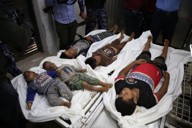 Los cadáveres de cinco niños de la misma familia muertos en un ataque aéreo israelí sobre Gaza el 14/11/19 yacen en una sala de hospital. (MEE/Atiyya Darwish).
