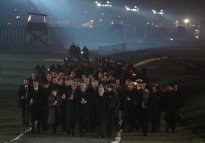 Las delegaciones oficiales caminan por el campo de Auschwitz portando velas, con motivo de la conmemoración del 75º aniversario de la liberación. (Wojtek Radwanski, AFP)