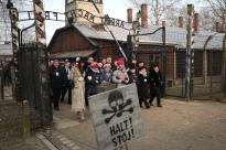 Sobrevivientes del holocausto entran al campo de concentración acompañados por familiares. (Czarek Sokolowski, AP).