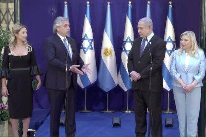 Alberto Fernández y Benjamín Netanyahu con sus esposas en Jerusalén. (ItonGadol).