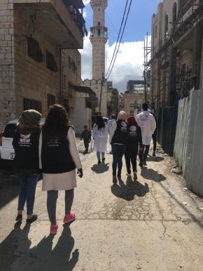 Equipos recorriendo el campo de Aida en campañas educativas.