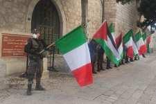 Banderas palestinas e italianas unidas en la solidaridad.