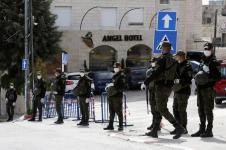 Policías palestinos hacen guardia en torno al hotel Ángel de Beit Jala, que se encuentra en cuarentena. 9/3/20, AFP.