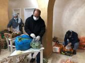 Voluntarios del Aida Youth Centre preparan paquetes de comida para distribuir a las familias necesitadas.