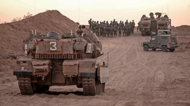 Soldados israelíes se concentran cerca de la valla limítrofe de Gaza el 16/8/20 (Menahem Kahana, AFP).
