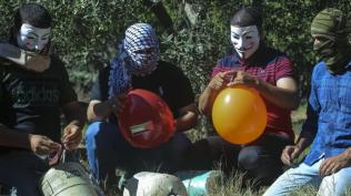 Preparando los globos incendiarios que serán lanzados al otro lado de la valla de Gaza (Mahmoud Walid, Al Jazeera).