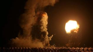 Humo y llamas tras un ataque aéreo israelí al sur de Gaza (Ibraheem Abu Mustafa, Reuters).