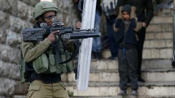 Un soldado israelí dispara gas lacrimógeno a manifestantes palestinos en Hebrón (31/1/20, Hazem Bader/AFP).