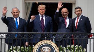 """Benjamin Netanyahu, Donald Trump, el canciller de Baréin Abdullatif al-Zayani y el canciller de EAU Abdullah bin Zayed Al Nahyan saludan en la Casa Blanca tras firmar los """"Acuerdos Abrahán"""" (15/9/20, Saúl Loeb/AFP)."""