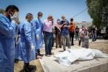Palestinos asisten al funeral de un miembro de su familia que murió tras ser infectado con COVID-19, cerca de la ciudad cisjordana de Hebrón (Wisam Hashlamoun/Flash90).