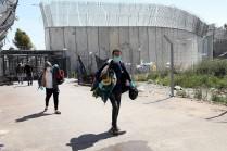 Trabajadores palestinos cruzan un checkpoint de vuelta desde Israel cerca de la ciudad cisjordana de Hebrón (Wisam Hashlamoun/Flash90).