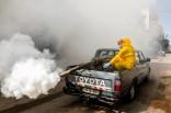 Trabajadores desinfectan una calle en la ciudad cisjordana de Hebrón, como parte de las medidas para prevenir la propagación del COVID-19. (Wisam Hashlamoun/Flash90).