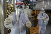 Trabajadores médicos palestinos recogen muestras de hisopos para las pruebas de COVID-19 en Rafah, Gaza (Abed Rahim Khatib/Flash90).