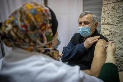 Israelíes reciben la vacuna contra el COVID-19 en un centro de vacunación en Jerusalén (Yonatan Sindel/Flash90).