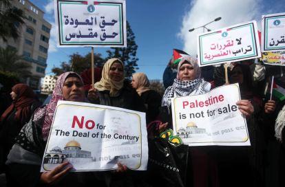 """Palestinas protestan en Gaza contra el """"Acuerdo del Siglo"""" (febrero 2020, Mahmoud Ajjour)."""