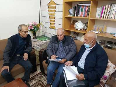 Muhammad Sabbagh y Aref Hammad leen la orden de desalojo, el 16/11/20. (MEE/Aseel Jundi)